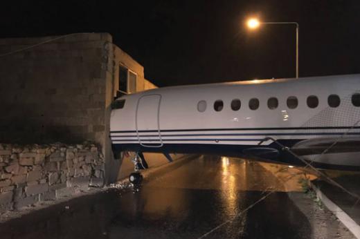 Поради силен ветар авион удри во зграда на аеродром на Малта