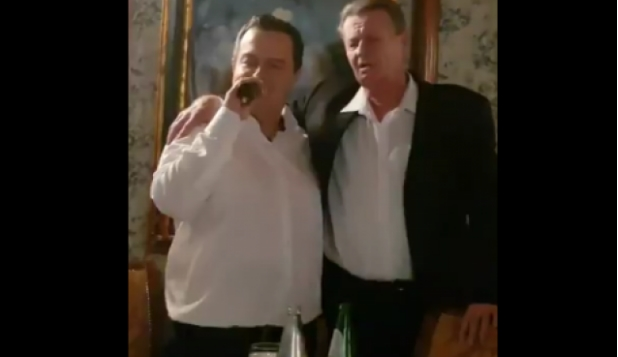ВИДЕО: Дачиќ и внукот на Тито запеаја прегрнати