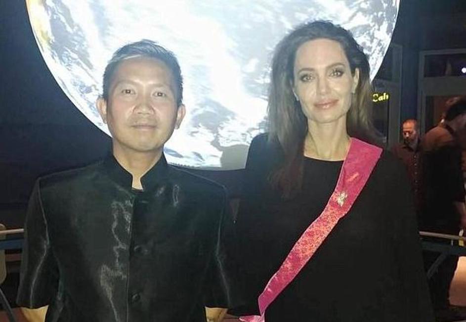 ФОТО: После разводот, Анџелина Џоли љуби режисер од Камбоџа?!