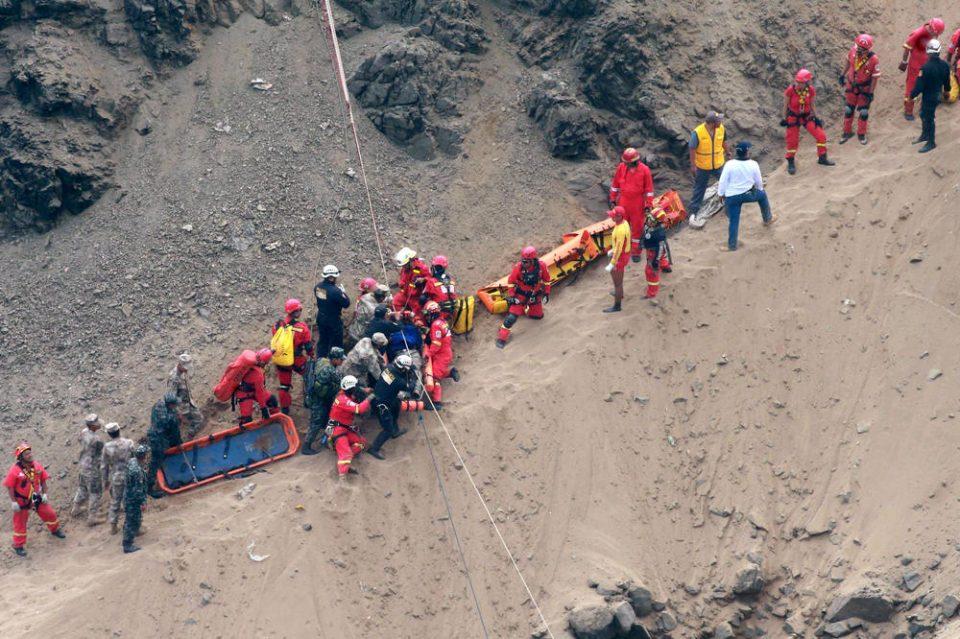 Стравични сцени од лице место: Најмалку 48 загинати во страшна автобуска несреќа (ВОЗНЕМИРУВАЧКО ВИДЕО)