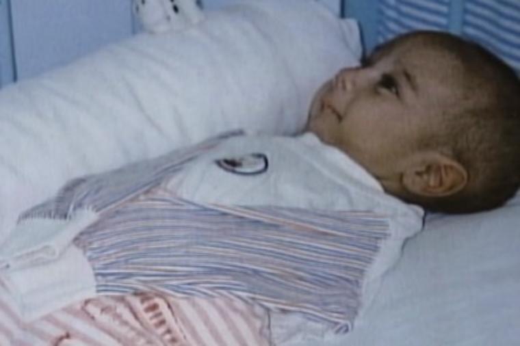Мајка оставила замотано бебе пред болница: Лекарите се шокирале кога виделе што има под ќебето (ВИДЕО)