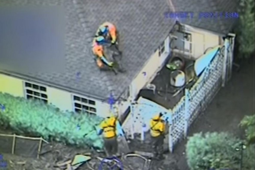 Драматична снимка: Доколку хеликоптерот пристигнел минута подоцна, петочлено семејство ќе било проголтано од калта