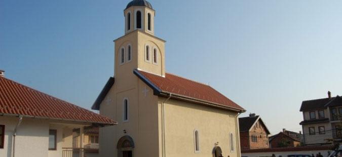 Косовски Албанци го блокирале влезот во манастир во Ѓаковица