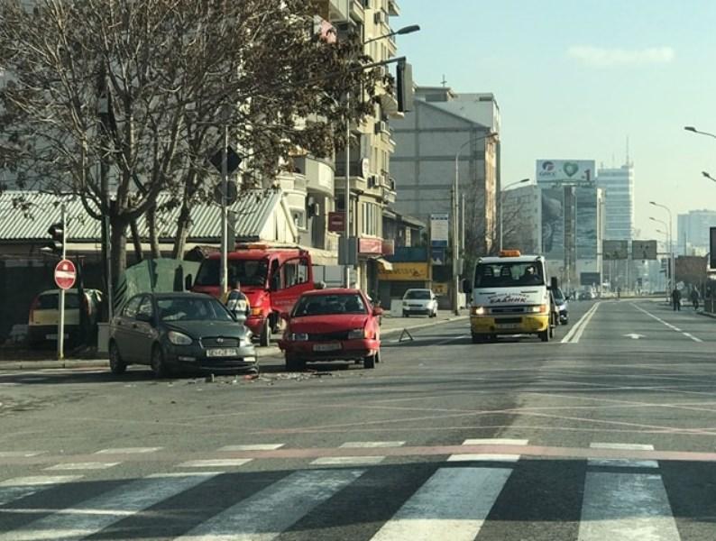 ФОТО: Две возила се судрија утрово во центарот на Скопје