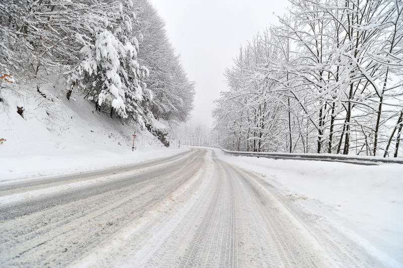 """Забрана за движење и на автомобили преку """"Буково"""" поради обилни снежни врнежи"""