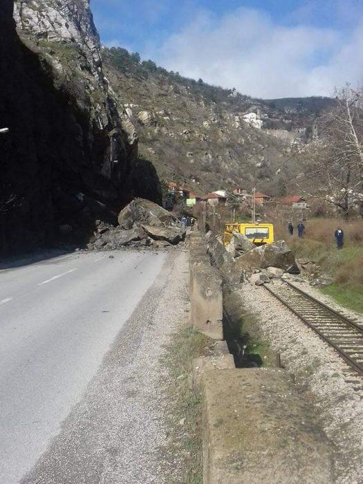 Карпа падна врз пат и пруга кај Велес