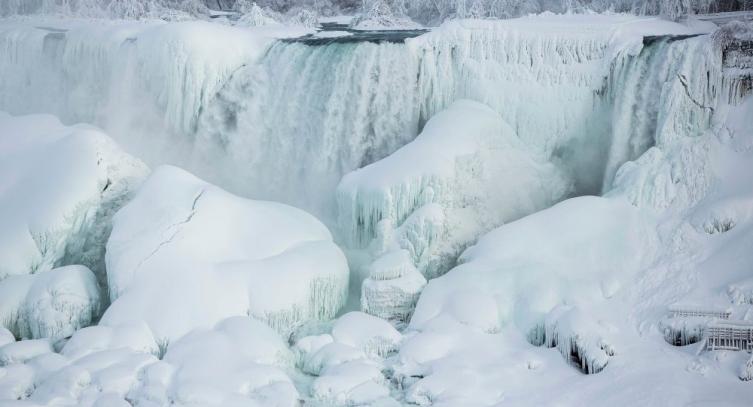 РЕДОК ПРИРОДЕН ФЕНОМЕН: Смрзнаа Нијагарините водопади