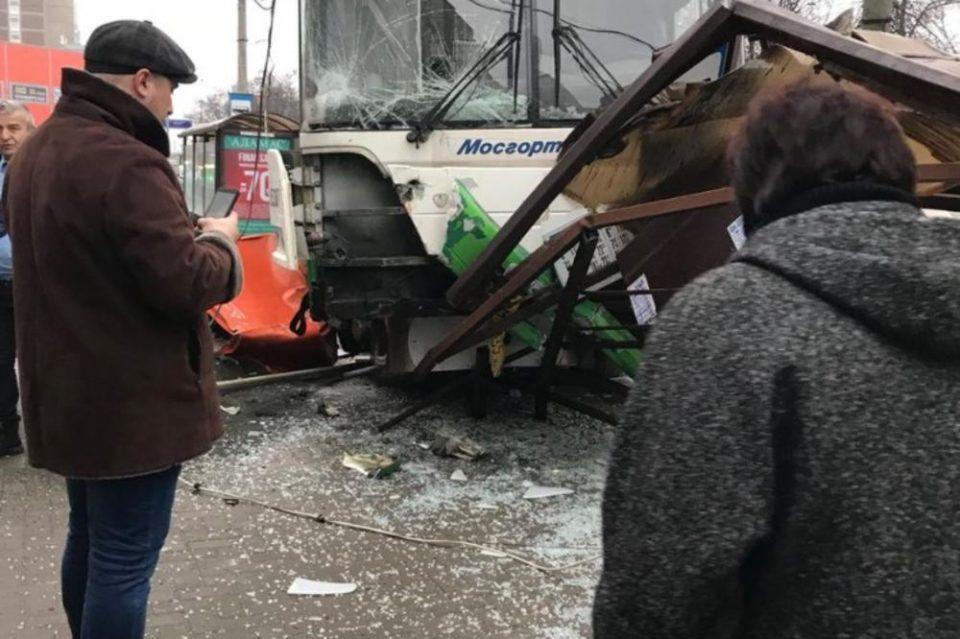 Москва: Автобус влета на постојка, лекарите оживеале две лица (ВИДЕО)