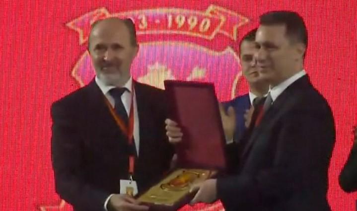 Груевски прогласен за почесен претседател на ВМРО-ДПМНЕ- партијата му додели плакета за благодарност