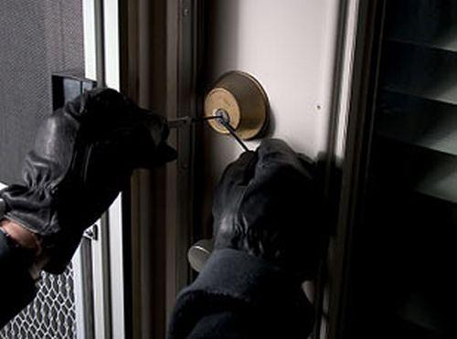 Провалила во куќа и газдите викнале полиција мислејќи дека ќе ги ограби: Кога виделе што им прави дома, не знаеле како да реагираат
