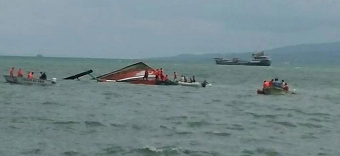 Четири лица загинаа, а 240 се спасени при превртување на ферибот на Филипини