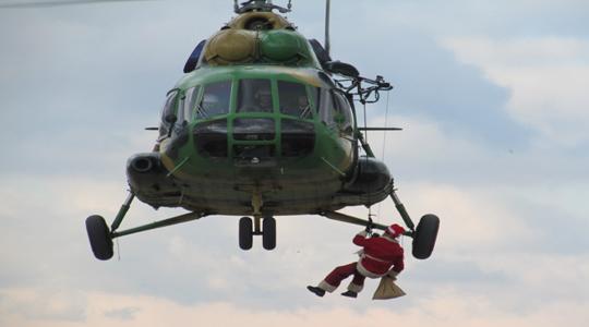 Дедо Мраз со хеликоптер пристигна на скопскиот аеродром и донесе пакетчиња