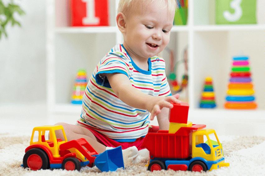 Поседувањето премногу играчки може да ја намали детската креативност во текот на растењето