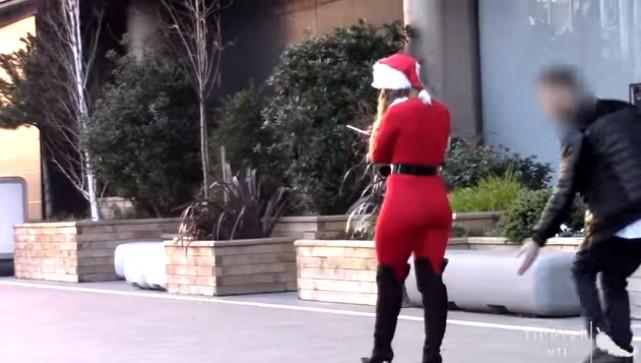 """ВИДЕО: Згодна девојка се облече како Баба Мразица- на минувачите им """"истекоа"""" очите!"""