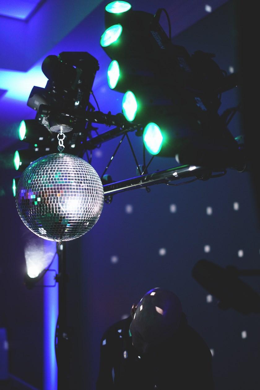 Пијана девојка од Стајковци се обидела да истепа обезбедување и полицаец во дискотека во парк- еве ги деталите