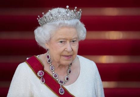 Британската кралица поседува предмет кој се смета за проколнат