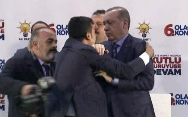 ПАНИКА НА БИНАТА: Обожавател сакаше да го прегрне Ердоган, а потоа настана хаос (ВИДЕО)