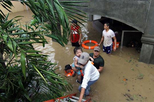 Најмалку 18 загинати и над 50 исчезнати во поплави и лизгање на земјиште на Филипините