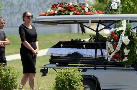 Нема среќа во љубовта: Пејачката на која и почина сопругот, го остави и 15 години помладиот сопруг пред Нова година (ФОТО)