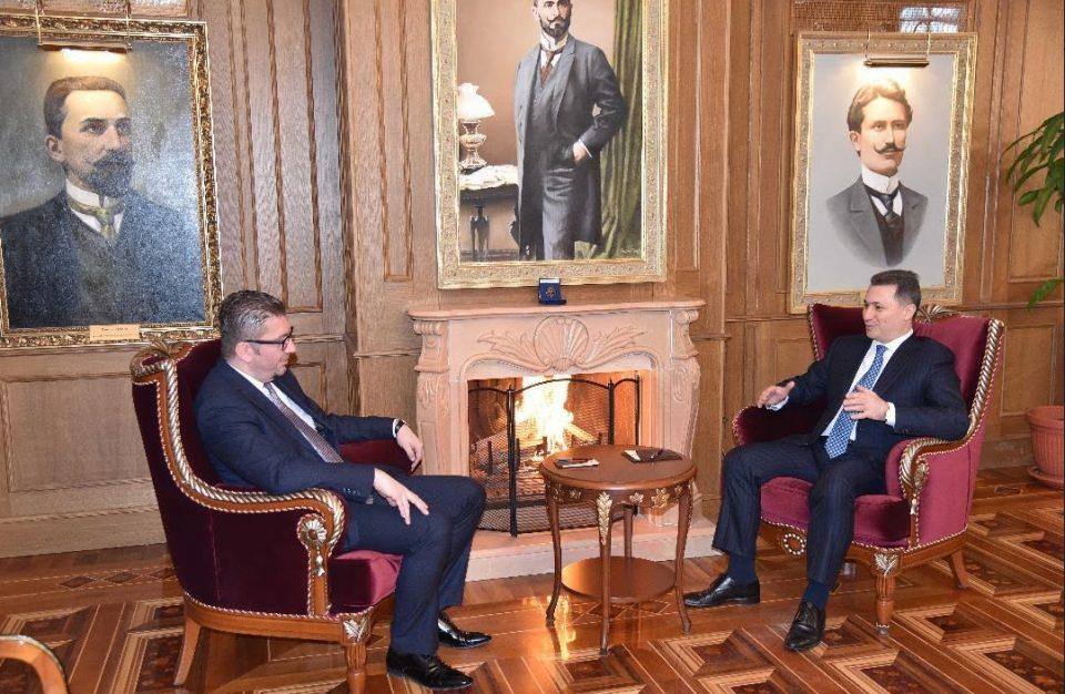 ФОТО: Груевски му посака успех во работата на Мицкоски и му го предаде кабинетот