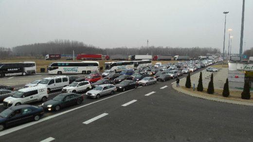 Хаос на граничниот премин: Над 50 автобуси и километарска колона автомобили веќе 10 часа се заглавени