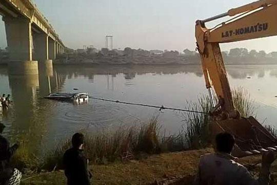 Индија: Автобусот падна во река, најмалку 32 мртви