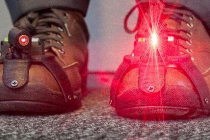 Одличен изум: Чевли кои им помагаат на лицата со Паркинсонова болест полесно да се движат