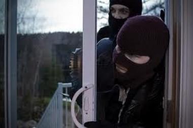 Маскирани со црни чорапи ѝ влегле дома и со нож ѝ се заканувале- кражба во Македонија