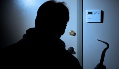 Уапсени две момчиња кои со закана ограбиле жена, од домот и украле 70.000 денари