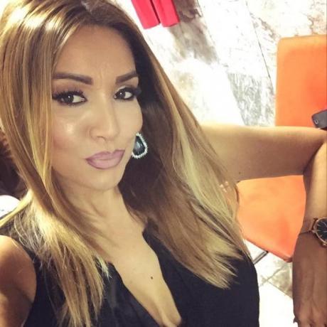 Поглед од милион долари: Лила се фотографираше во хотелска соба во Дубаи, а во преден план се најдоа нејзините гради