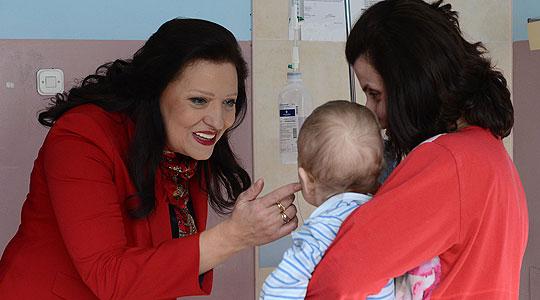 Маја Иванова им подари новогодишни пакетчиња на децата во Клиниката за детски болести