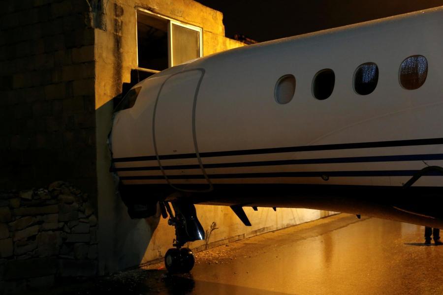 Наместо на пистата слетал покрај улица: Авион се заби во зграда во Малта (ФОТО)