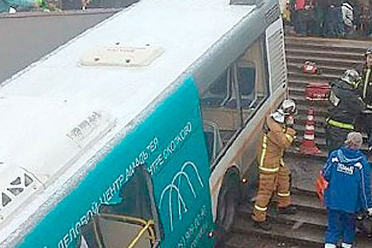 Москва: Петмина загинати откако автобус влета во подземен пешачки премин