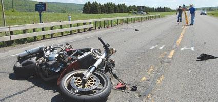 Мотоциклист тешко повреден по пад на коловоз