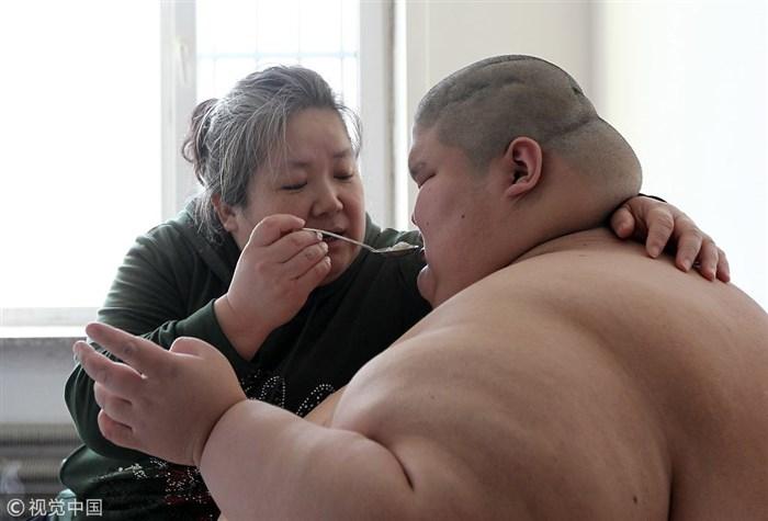 ФОТО: Почина најдебелото момче во светот, имаше 23 години и 250 килограми