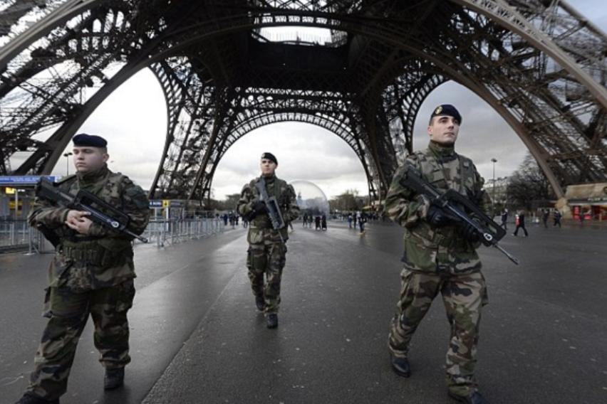 Дочек со полицајци и војници: Невидени безбедносни мерки за новогодишната ноќ ширум Европа
