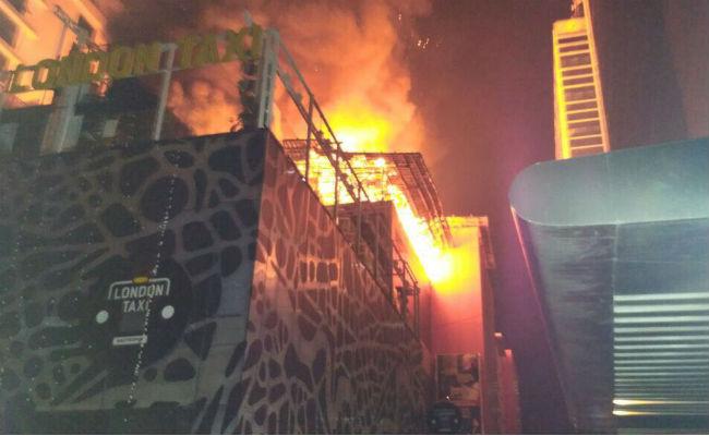 """ФОТО: 16 загинати во пожар во трговскиот центар """"Камала Милз"""""""