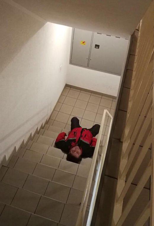 ФОТО: Фолк пејач спие пијан на скали- уништен од алкохол, а некогаш имаше хитови