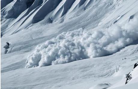 Драма во Грција: Лавина снег затрупала сноубордери, едно лице тешко повредено