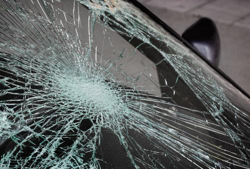 Автомобил излета од патот Кавадарци- Неготино, двајца повредени