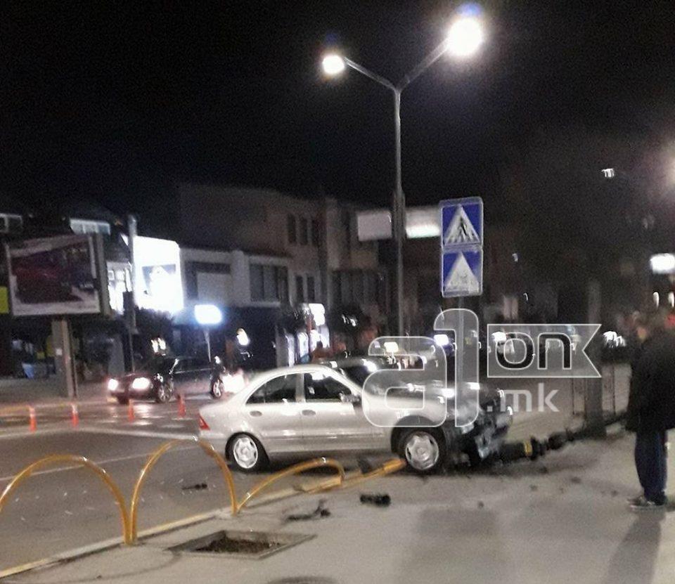 ФОТО: Автомобил се заби во канделабра на булеварот Туристичка