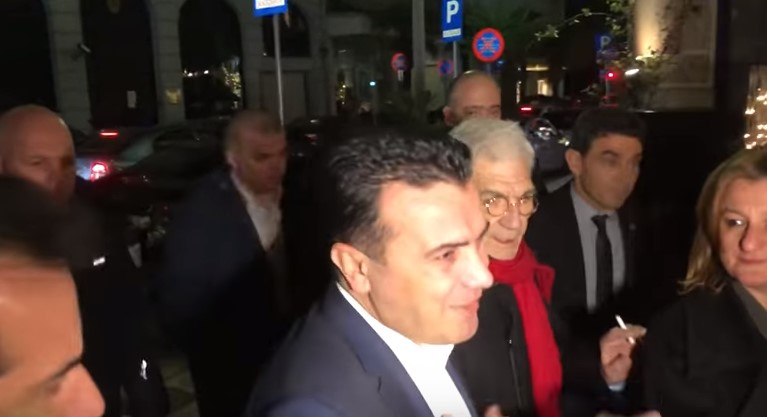 Заев од Солун до новинарите: Имајте Нова Година (ВИДЕО)