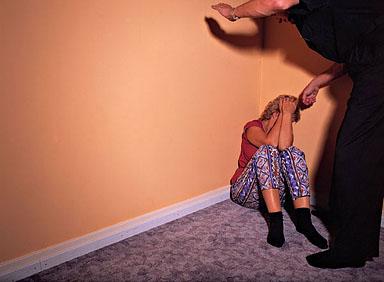 Насилник од Крива Паланка си ги претепал сопругата и малолетната ќерка