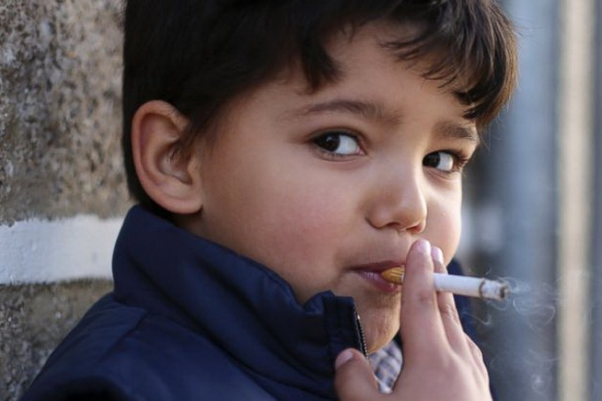 Бизарен обичај во Португалија: Родителите ги поттикнуваат децата да пушат цигари за Богојавление