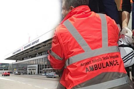Патниците во паника, крв на аеродромот во Белград: Искршил шише и си го пресекол вратот пред сите