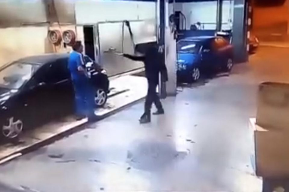 Сега знае што е макотрпна работа: Албанец се обиде да ограби авто перална, па мораше сам да ги испере сите возила (ВИДЕО)