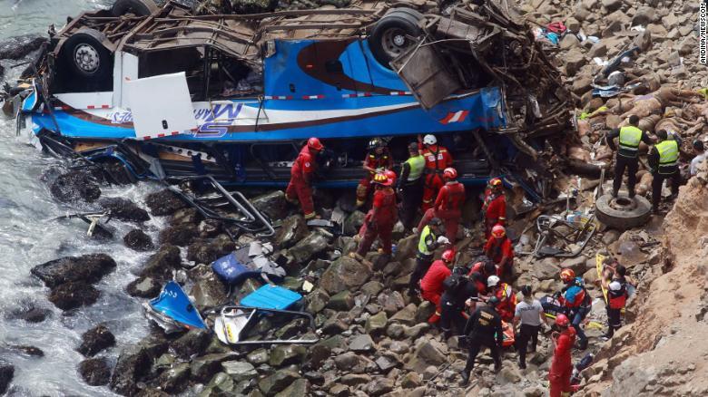ФОТО: Најмалку 48 лица загинаа во автобуска несреќа во Перу