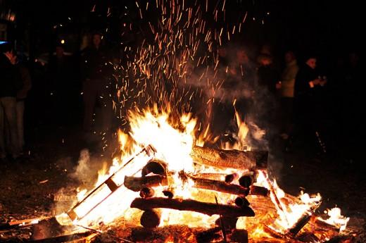 Драма на бадникарски оган во скопско: Со возило поминал низ огнот и прегазил две лица