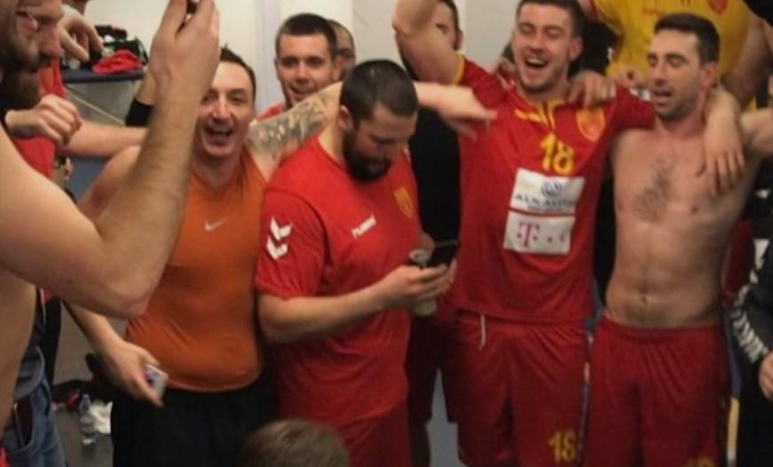 """Пиреј и непокор ја ежи душата: Македонија ја негираат, трговците ја распродаваат, затворите се преполни, а Македонците пеат """"Бисер балкански"""" и """"Едно име имаме"""" (ВИДЕО)"""