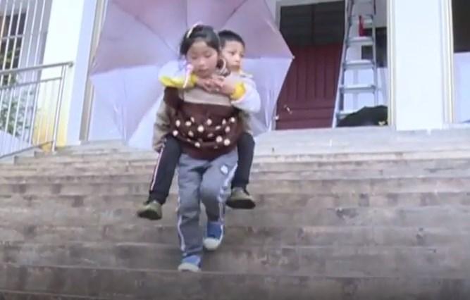 Мало девојче секој ден го носи на грб неподвижниот брат: Јас ќе бидам неговите нозе (ВИДЕО)